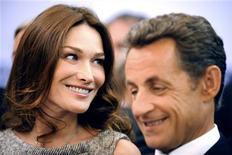 <p>Presidente francês Nicolas Sarkozy e sua esposa Carla Bruni-Sarkozy em visita à BBC em Londres, em junho. Um jornal iraniano publicou nesta terça-feira que Bruni merecia morrer depois de expressar solidariedade a uma mulher que foi condenada à morte por apedrejamento. 18/06/2010REUTERS/Lionel Bonaventure/Arquivo</p>