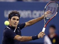 <p>Roger Federer of Switzerland hits a backhand against Brian Dabul of Argentina during their opening night match at the U.S. Open in New York, August 30, 2010. REUTERS/Shannon Stapleton</p>