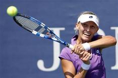 <p>Mirjana Lucic of Croatia hits a return to Alicia Molik of Australia during the U.S. Open tennis tournament in New York, August 31, 2010. REUTERS/Eduardo Munoz</p>