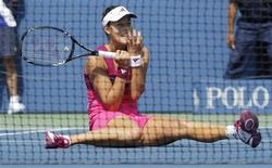 <p>Ana Ivanovic of Serbia falls while volleying against Zheng Jie of China during the U.S. Open tennis tournament in New York, September 1, 2010. REUTERS/Mike Segar</p>