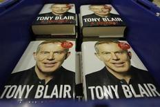 """<p>Ejemplares de las memorias del ex primer ministro británico Tony Blair en una libería en Londres, sep 1 2010. Blair dijo el miércoles que no pudo imaginar la """"pesadilla"""" que se desató en Irak, pero aún así no lamenta haberse sumado a la invasión encabezada por Estados Unidos. REUTERS/Luke MacGregor</p>"""