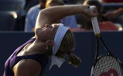 <p>Melanie Oudin serves to Alona Bondarenko of Ukraine during their match at the US Open tennis tournament in New York, September 1, 2010. REUTERS/Jessica Rinaldi</p>