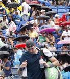 <p>John Isner of the U.S. leaves the court because of a rain delay during his match against Marco Chiudinelli of Switzerland at the U.S. Open tennis tournament in New York, September 3, 2010. REUTERS/Eduardo Munoz</p>