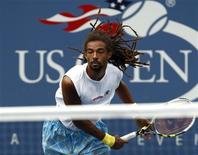 <p>Dustin Brown of Jamaica follows through on a serve to Andy Murray of Britain during the U.S. Open tennis tournament in New York, September 3, 2010. REUTERS/Kevin Lamarque</p>