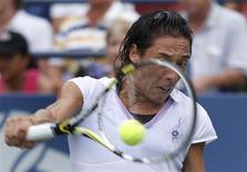 <p>Francesca Schiavone of Italy hits a return to Alona Bondarenko of Ukraine during the U.S. Open tennis tournament in New York, September 3, 2010. REUTERS/Eduardo Munoz</p>