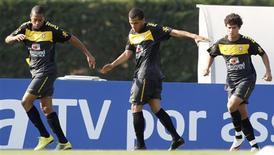 <p>Os jogadores (e/d) Robinho, Daniel Alves e Philippe Coutinho participam de treino da seleção brasileira de futebol, em Barcelona, na Espanha. 03/09/2010 REUTERS/Gustau Nacarino</p>