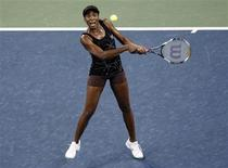 <p>Venus Williams of the U.S. hits a return to Mandy Minella of Luxembourg during the U.S. Open tennis tournament in New York, September 3, 2010. REUTERS/Shannon Stapleton</p>