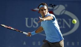 <p>Roger Federer of Switzerland hits a return during his match against Paul-Henri Mathieu of France at the US Open tennis tournament in New York, September 4, 2010. REUTERS/Jessica Rinaldi</p>