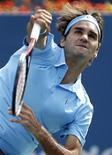 <p>Roger Federer durane jogo contra o Paul-Henri Mathieu no Aberto dos EUA em Nova York. Federer avisou a Rafael Nadal que ele deve vencer a competição para ter alguma chance de ser o maior tenista de todos os tempos. 04/09/2010 REUTERS/Jessica Rinaldi</p>