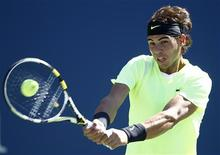 <p>Rafael Nadal of Spain hits a return to Gilles Simon of France during the U.S. Open tennis tournament in New York, September 5, 2010. REUTERS/Kevin Lamarque</p>