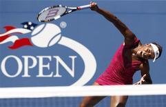 <p>Venus Williams of the U.S. serves to Shahar Peer of Israel during the US Open tennis tournament in New York, September 5, 2010. REUTERS/Kevin Lamarque</p>