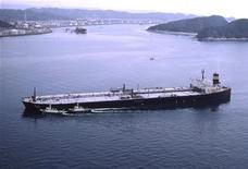 <p>Японский танкер Takayama, 21 апреля 2008 года. Вооруженные ножами пираты высадились на борт японского танкера в водах Индонезии, ограбили команду, после чего покинули судно, и оно продолжило путь, сообщило министерство транспорта Японии в понедельник. REUTERS/Nippon Yusen Kabushiki Kaisha/Handout</p>