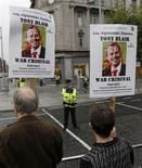 <p>Manifestantes protestam contra livro de Tony Blair em frente a livraria em Dublin, Irlanda. O ex-primeiro-ministro britânico declarou que está pensando em cancelar uma sessão de autógrafos em Londres, por receio de que possa ser prejudicada por protestos. 04/09/2010 REUTERS/David Moir</p>