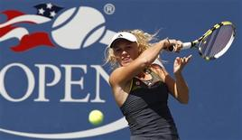 <p>Caroline Wozniacki of Denmark hits a return to Chan Yung-Jan of Taiwan during their match at the U.S. Open tennis tournament in New York September 4, 2010. REUTERS/Kevin Lamarque</p>