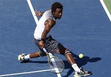 <p>Gael Monfils of France hits a return to compatriot Richard Gasquet during the U.S. Open tennis tournament in New York, September 6, 2010. REUTERS/Eduardo Munoz</p>