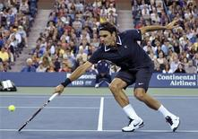 <p>Roger Federer of Switzerland chases down a return to Jurgen Melzer of Austria during the U.S. Open tennis tournament in New York, September 6, 2010. REUTERS/Ray Stubblebine</p>