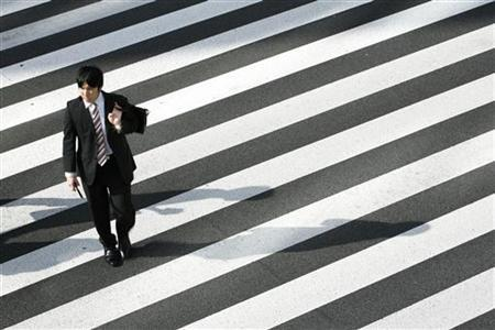 A man crosses a street in Tokyo August 3, 2009. REUTERS/Stringer