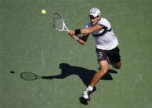 <p>Novak Djokovic of Serbia hits a return to Mardy Fish of the U.S. during the US Open tennis tournament in New York, September 6, 2010. REUTERS/Jessica Rinaldi</p>