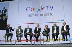<p>Le directeur général de Google, Eric Schmidt (à gauche), lors de la présentation du projet Google TV à ses partenaires, à San Francisco, en Californie. Le géant de l'internet lancera cet automne aux Etats-Unis et dans le monde entier en 2011 son service de navigation sur la Toile par l'intermédiaire d'un écran de télévision. /Photo prise le 20 mai 2010/REUTERS/Robert Galbraith</p>