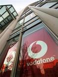 <p>Vodadone, le premier opérateur mondial de télécommunications en termes de chiffre d'affaires, a vendu sa participation de 3,2% dans China Mobile pour environ 4,3 milliards de livres sterling (3,4 milliards d'euros). /Photo d'archives/REUTERS/Toshiyuki Aizawa</p>
