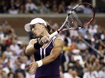 <p>Samantha Stosur of Australia reacts after missing a hit to Kim Clijsters of Belgium during the U.S. Open tennis tournament in New York September 7, 2010. REUTERS/Kevin Lamarque</p>