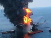 <p>Пожарные суда тушат нефтяную платформу Deepwater Horizon в Мексиканском заливе 21 апреля 2010 года. Нефтяная компания BP возложила основную часть вины за взрыв на буровой платформе в апреле на оператора платформы Transocean. REUTERS/U.S. Coast Guard/Handout</p>