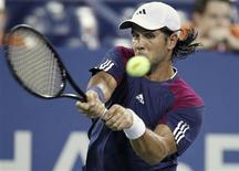 <p>Fernando Verdasco of Spain hits a return to compatriot David Ferrer during the U.S. Open tennis tournament in New York September 7, 2010. REUTERS/Eduardo Munoz</p>