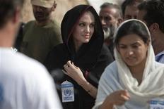 <p>A atriz Angelina Jolie chega no campo Jalozai de vítimas das enchentes em visita às áreas inundadas na província paquistanesa de Khyber-Pakhtunkhwa, 7 de setembro de 2010. REUTERS/Morteza Nikoubazl</p>