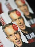 <p>Copias del libro del ex primer ministro británico Tony Blair en una librería en Londres. Sep 6 2010 El ex primer ministro británico Tony Blair fue forzado a posponer una fiesta en la galería de arte Tate Modern para celebrar el lanzamiento de su autobiografía debido a amenazas de manifestantes anti-guerra, dijo su oficina el miércoles. REUTERS/Toby Melville</p>
