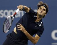 <p>Roger Federer of Switzerland serves to Robin Soderling of Sweden during the U.S. Open tennis tournament in New York September 8, 2010. REUTERS/Kevin Lamarque</p>