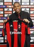 <p>Robinho posa com a camisa do Milan em sua apresentação oficial. 09/09/2010 REUTERS/Alessandro Garofalo</p>
