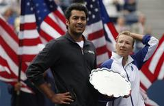 <p>Mixed doubles runners-up Aisam-Ul-Haq Qureshi of Pakistan and his playing partner Kveta Peschke (R) of the Czech Republic pose with their award after losing in the finals to Liezel Huber and Bob Bryan of the U.S. during the U.S. Open tennis tournament in New York, September 9, 2010. REUTERS/Jessica Rinaldi</p>