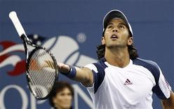 <p>Fernando Verdasco of Spain tosses his racket during his match against compatriot Rafael Nadal during the U.S. Open tennis tournament in New York, September 9, 2010. REUTERS/Kevin Lamarque</p>