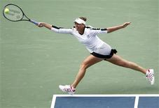 <p>Vera Zvonareva of Russia stretches for a return to Caroline Wozniacki of Denmark during the U.S. Open tennis tournament in New York, September 10, 2010. REUTERS/Eduardo Munoz</p>