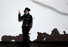 """<p>A artista nipo-americana Yoko Ono, cujo marido John Lennon foi assassinado quase 30 anos atrás, posa para fotos na sua exposição antiviolência intitulada """"Das Gift"""", em Berlim, na Alemanha, na sexta-feira. 10/09/2010 REUTERS/Thomas Peter</p>"""