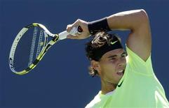 <p>Rafael Nadal of Spain hits a return to Mikhail Youzhny of Russia during the U.S. Open tennis tournament in New York, September 11, 2010. REUTERS/Mike Segar</p>
