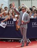 <p>El actor Zac Efron durante su llegada al Festival de Cine Americano en Deauville, Francia. Sep 11 2010 El protagonista de High School Musical, Zac Efron, intenta disfrutar del lado positivo de la fama mientras va madurando en su carrera y asumiendo retos, como decantarse por un papel más dramático. REUTERS/Vincent Kessler</p>