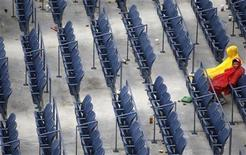 <p>Fans sit in the rain in Arthur Ashe Stadium during a rain delay at the U.S. Open tennis tournament in New York, September 12, 2010. REUTERS/Jessica Rinaldi</p>