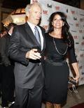 """<p>O diretor Clint Eastwood e sua esposa, Dina, chegam à première do filme """"Hereafter"""" no Festival Internacional de Cinema de Toronto, no Canadá, 12 de setembro de 2010. REUTERS/Mike Cassese</p>"""