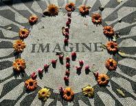 """<p>Foto de archivo de una cubierta de flores sobre el memorial """"Strawberry Fields"""" en recuerdo a John Lennon en Central Park en Nueva York, dic 7 2005. Los eventos para conmemorar el 70 aniversario del nacimiento de John Lennon incluirán un concierto a beneficio en Nueva York, dijeron el martes los organizadores. REUTERS/Shannon Stapleton</p>"""