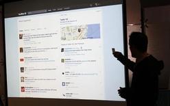 <p>Evan Williams, le directeur général de Twitter, en conférence de presse à San Francisco pour le lancement du nouveau site de micro-blogging. Twitter, qui revendique plus de 370.000 inscriptions par jour, s'offre une refonte censée faciliter la recherche et la navigation sur la plateforme. /Photo prise le 14 septembre 2010/REUTERS/Robert Galbraith</p>