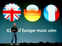 <p>Apple CEO Steve Jobs speaks in London during the launch of the European iTunes online music store, June 15, 2004. REUTERS/Matt Dunham</p>