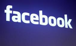 <p>Imagen de archivo del logo de Facebook en su oficina en Palo Alto. May 26 2010 Facebook llega este otoño boreal a la pantalla grande con dos películas que se estrenarán con semanas de diferencia,en un momento en el que las redes sociales se encuentran en su pico de popularidad. REUTERS/Robert Galbraith/ARCHIVO</p>