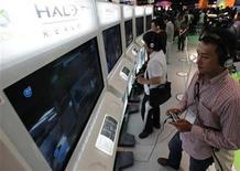 """<p>Visitantes prueban el nuevo videojuego de Microsoft """"Halo: Reach"""", durante una muestra en Tokio. Sep 16 2010 Microsoft dijo que su nuevo videojuego """"Halo: Reach"""" acumuló ventas globales por 200 millones de dólares en el día de su lanzamiento, lo que supone una buena preparación del terreno para el debut en noviembre del nuevo sistema de juegos del fabricante de la consola Xbox 360. REUTERS/Yuriko Nakao</p>"""