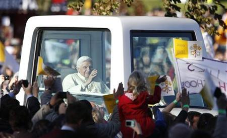 Pope Benedict XVI waves to the faithful as he arrives to give mass at Bellahouston Park in Glasgow, Scotland September 16, 2010. REUTERS/Cathal Mcnaughton