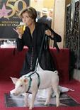 """<p>Atriz britânica Emma Thompson posa com um porco no lançamento de seu novo filme, """"Nanny McPhee e as Lições Mágicas"""", em Hollywood. 06/08/2010 REUTERS/Gus Ruelas</p>"""