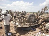 <p>Люди на месте взрыва грузовика в Баттикалоа 17 сентября 2010 года. По меньшей мере 60 человек погибли в результате случайного взрыва грузовика с взрывчатыми вещества в полицейском участке недалеко от города Баттикалоа на востоке Шри-Ланки, сообщили военные. REUTERS/adaderana.lk/Handout</p>
