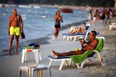 <p>Туристы на пляже в Пхукете, Таиланд 10 декабря 2009 года. Если в кармане не так много денег, а отпускных дней еще меньше, стоит задуматься о турах выходного дня. REUTERS/Damir Sagolj</p>