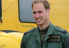 <p>Príncipe William em foto divulgada no dia 16 de agosto. O segundo na linha de sucessão do trono britânico começará seu trabalho como piloto de busca e resgate para a Força Aérea Real (RAF) britânica depois de se formar no treinamento nesta sexta-feira. 17/09/2010 REUTERS/Cpl SAC Faye Storer / MoD/Crown Copyright/Arquivo</p>
