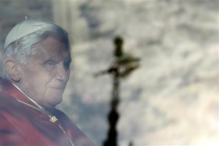 Pope Benedict XVI leaves Lambeth Palace in the Popemobile in London September 17, 2010. REUTERS/Stefan Wermuth